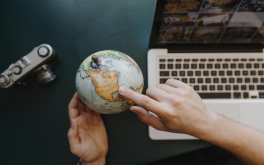 """Federica Piersimoni dedica alle mamme un manuale sul blogging e l'indipendenza: nasce così """"Una Mamma Travel Blogger"""""""