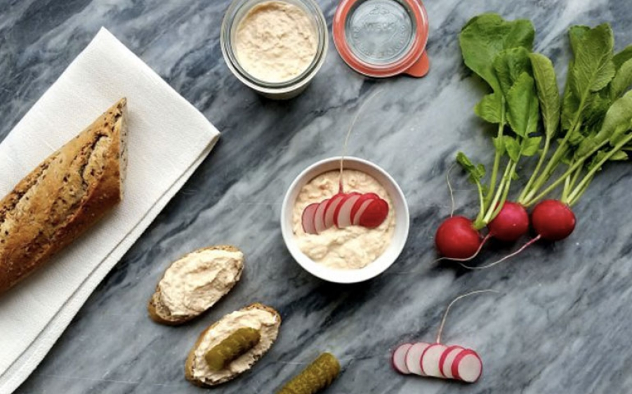 Rilette al salmone e robiola con baguette ai semi misti