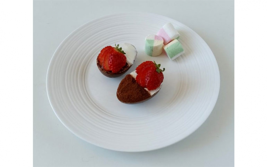 Ricetta dell'uovo di Pasqua con tiramisù al cioccolato e fragole