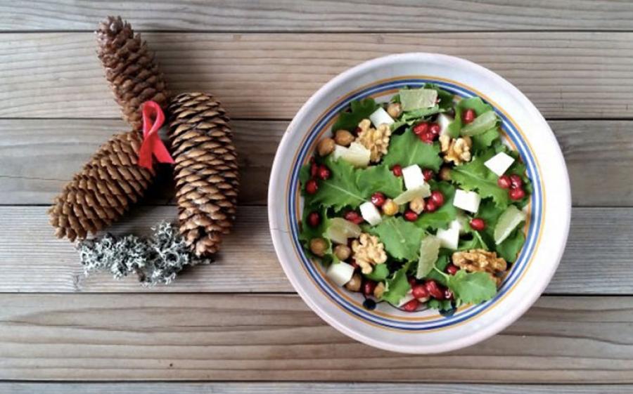 Insalata natalizia con kale, melagrana, ceci e limone