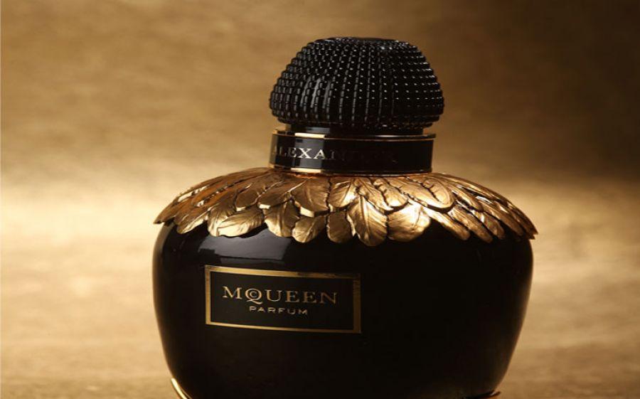 McQueen Parfum: Il lato oscuro della fioritura, la nuova fragranza femminile di Alexander Mcqueen